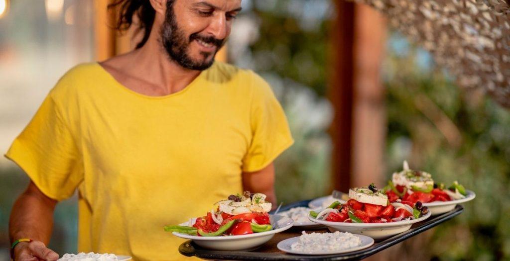 Gastfreundschaft in Kreta ► Kellner mit Bauernsalat | GREEKCUISINEmagazine