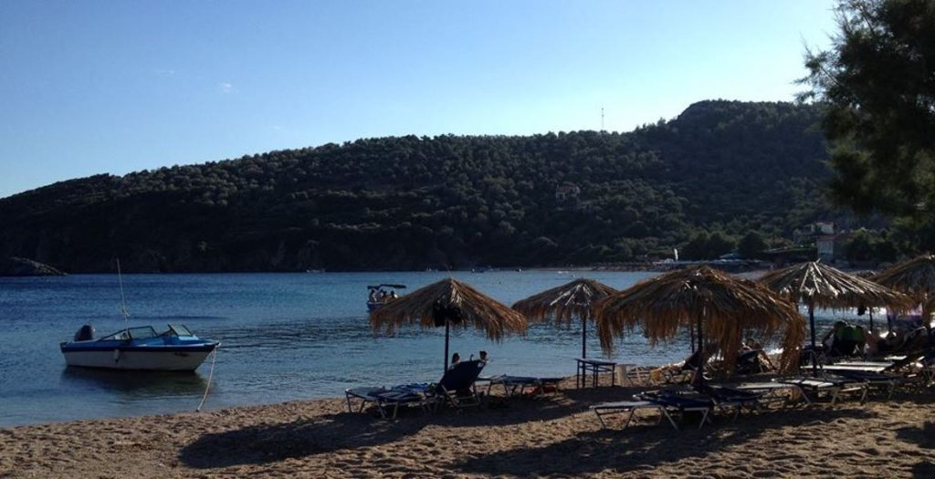 Am Strand gibt es Sonnenliegen und Schirme, einige Tamarisken spenden Schatten.