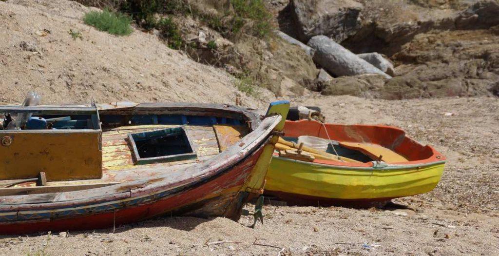 Bunte Fischerboote – manchmal auch eine hübsche Segelyacht – schaukeln auf dem türkisfarbenen Wasser und runden die nahezu perfekte Idylle ab