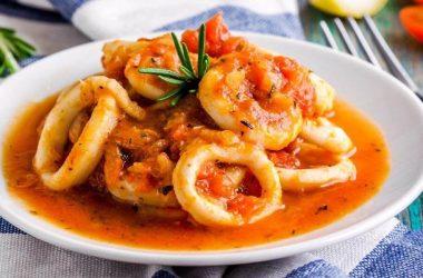Meeresfrüchte mit Wein und Tomaten